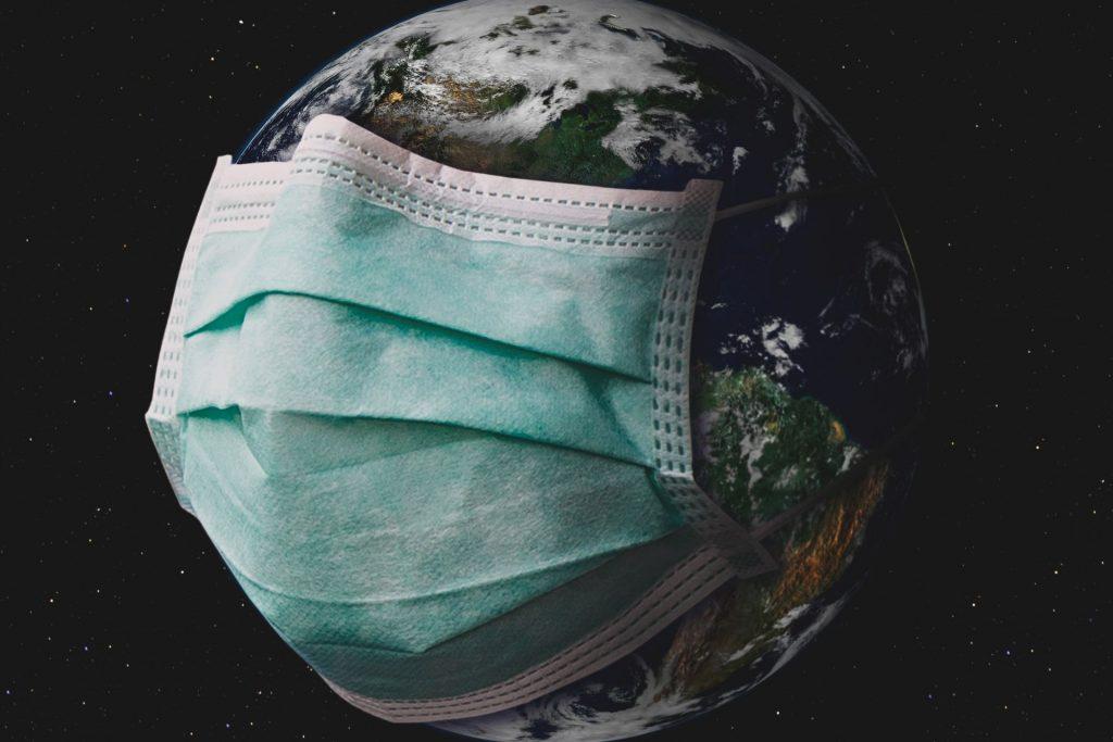 imagem de um globo envolto por máscara protetora contra pandemia