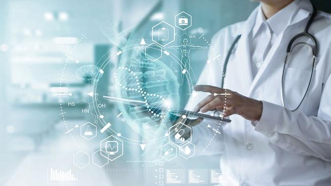 imagem de uma profissional de saúde manuseando um tablet